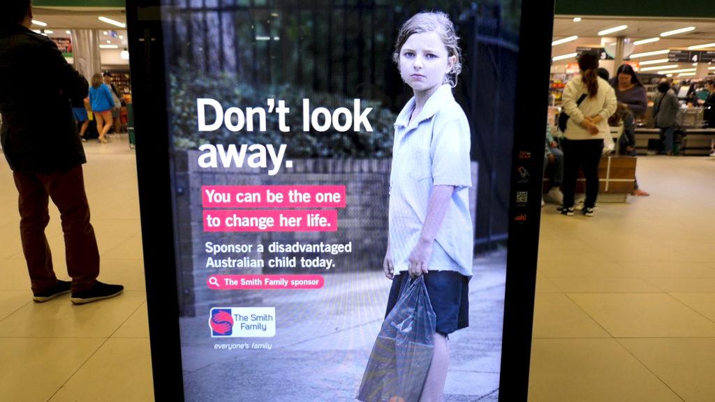 目をそらさないでください広告