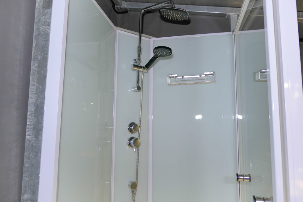 ディスカバリーロットネストアイランドNo97スタンダードテントハンドシャワーとオーバーヘッドシャワー