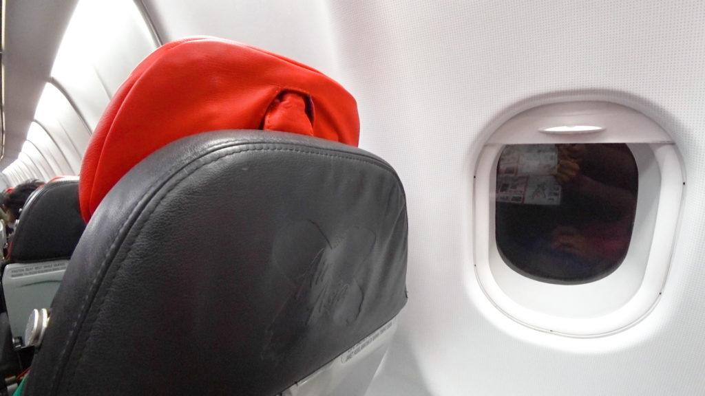 エアアジアXD7523便羽田発クアラルンプール行き 機内49列目窓枠