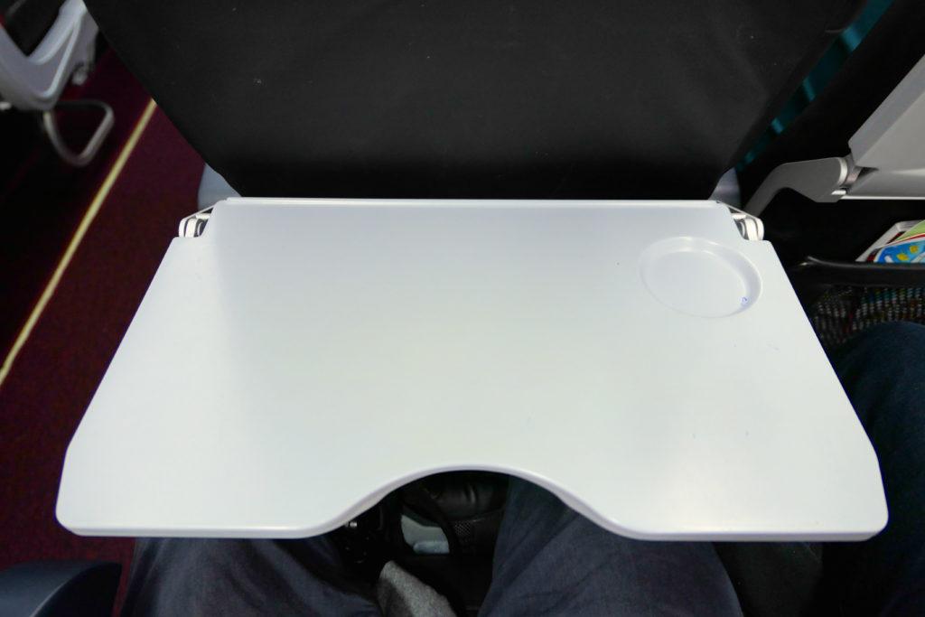 エアアジアXD7523便羽田発クアラルンプール行き 機内エコノミークラステーブル