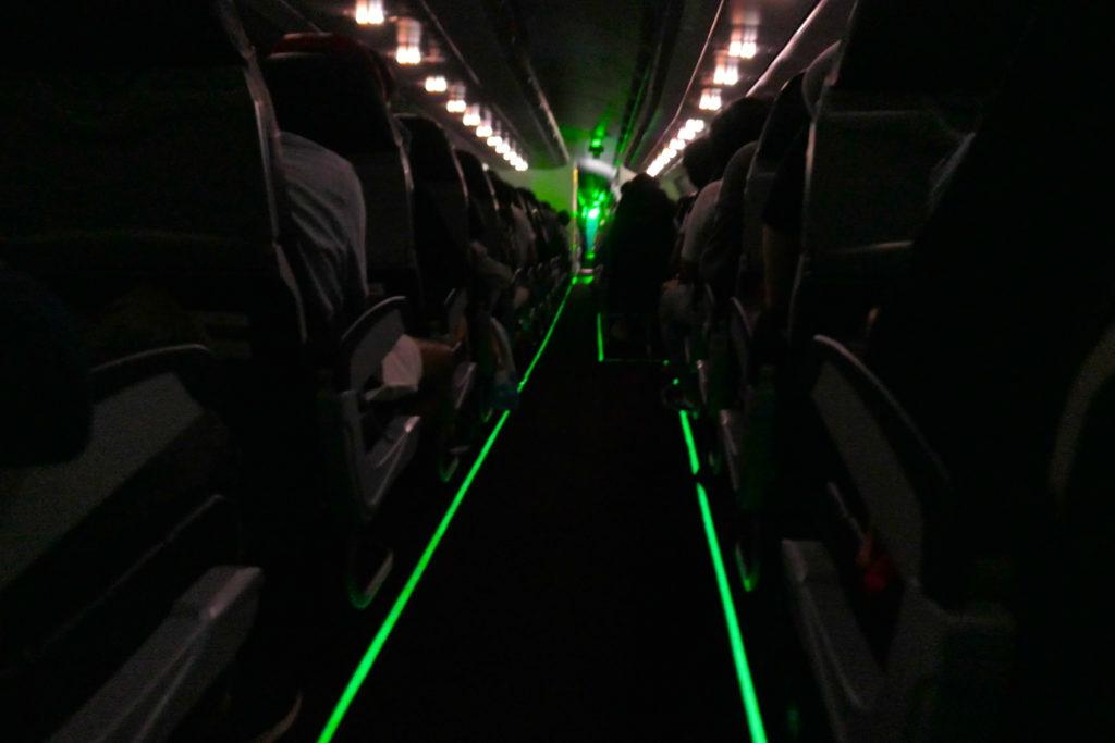 エアアジアXD7523便羽田発クアラルンプール行き 機内誘導灯