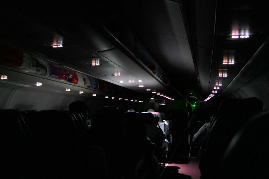 エアアジアXD7523便羽田発クアラルンプール行き 機内消灯