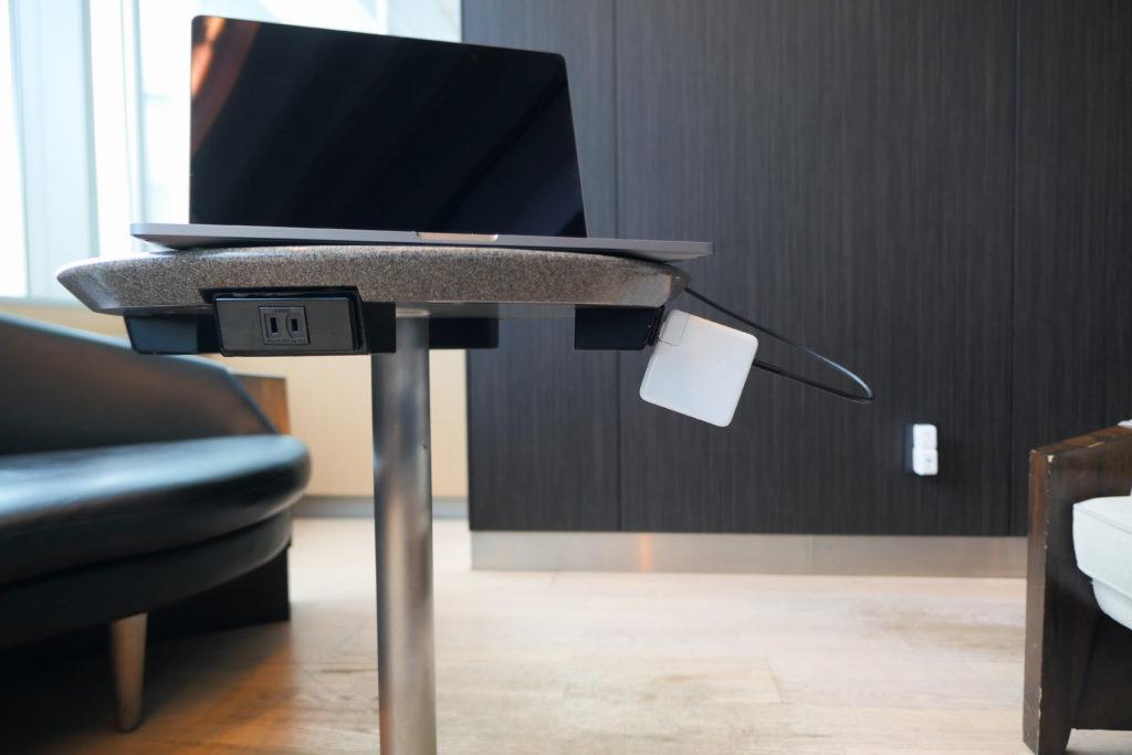 Apple純正96W電源アダプタ(MX0J2AM/A)MacBook Pro 16インチ Ultimateモデル充電中 羽田空港国内線ANAラウンジ(本館北)