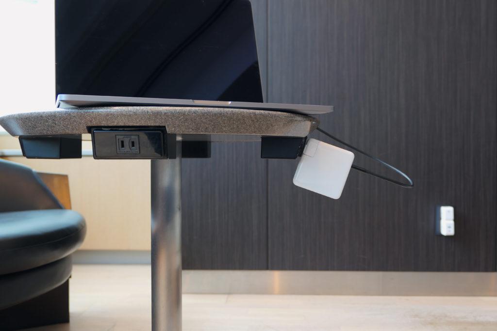 Apple純正96W電源アダプタ(MX0J2AM/A)MacBook Pro 16インチ Ultimateモデル充電中ズームアングル 羽田空港国内線ANAラウンジ(本館北)