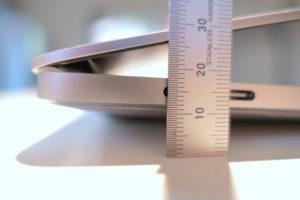BlueLoungeのスタンドKickflip(キックフリップ)MacBook Pro 15インチ向け 閉じた高さ