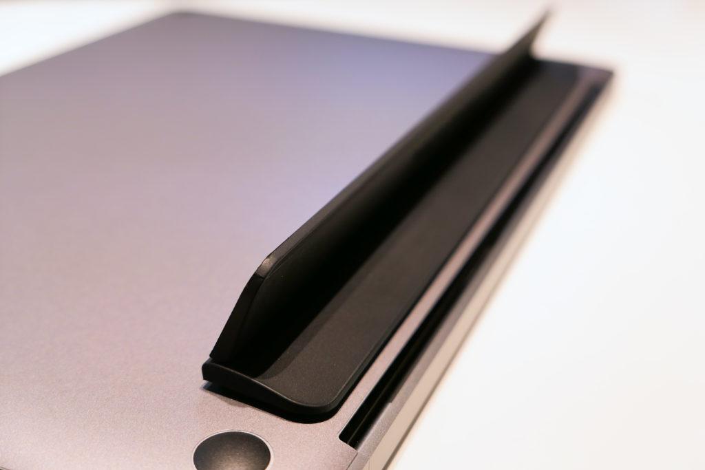 開いたblueLoungeのスタンドKickflip(キックフリップ)MacBook Pro 15インチ向け