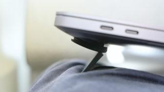 開いたBlueLoungeのスタンドKickflip(キックフリップ)MacBook Pro 15インチ向け 横アングル 膝の上 機内