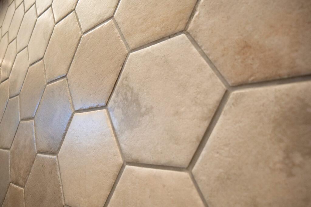 HOTEL & SPA センチュリーマリーナ函館 六角形タイルの壁