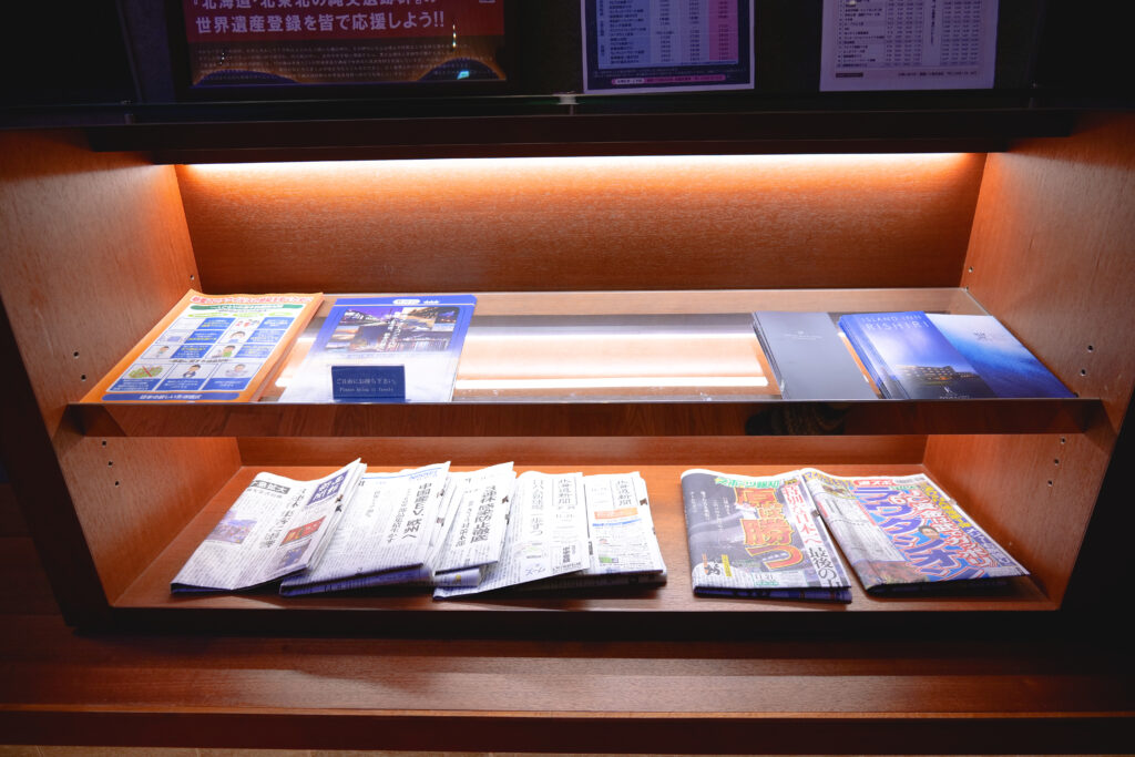 HOTEL & SPA センチュリーマリーナ函館 1階 受付(フロント) 夜 新聞 パンフレット 雑誌