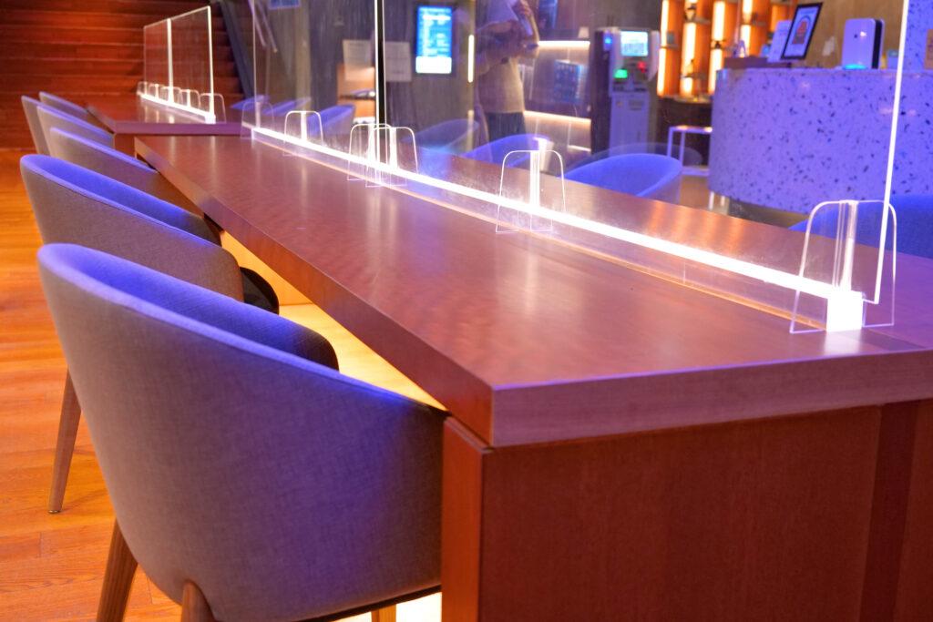 HOTEL & SPA センチュリーマリーナ函館 1階 受付(フロント) 夜 テーブルとイス