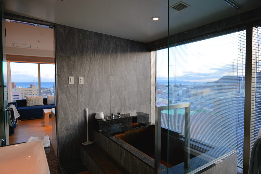 OTEL & SPA センチュリーマリーナ函館 13階 ザロイヤルフロア コーナースイート バスルーム(お風呂場)とリビング(居間)