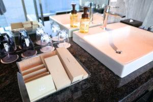 HOTEL & SPA センチュリーマリーナ函館 13階 ザロイヤルフロア コーナースイート バスルーム(お風呂場)ベーシン(洗面台) アメニティ
