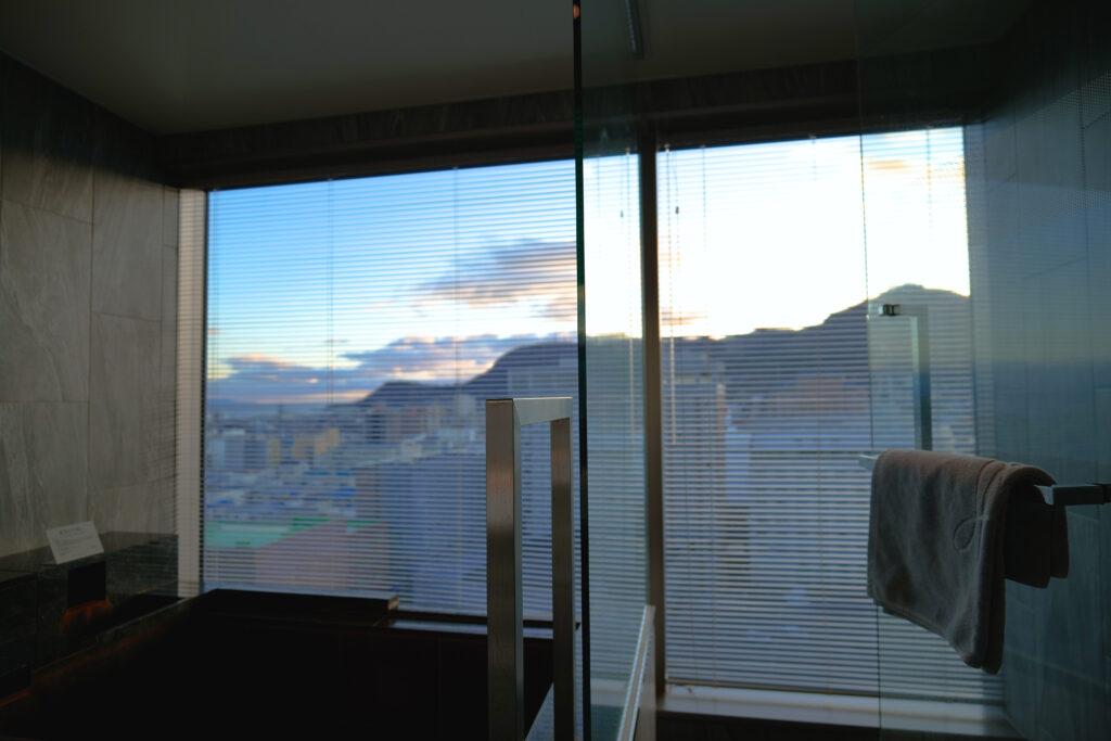 HOTEL & SPA センチュリーマリーナ函館 13階 ザロイヤルフロア コーナースイート バスルーム(お風呂場)浴槽 函館山