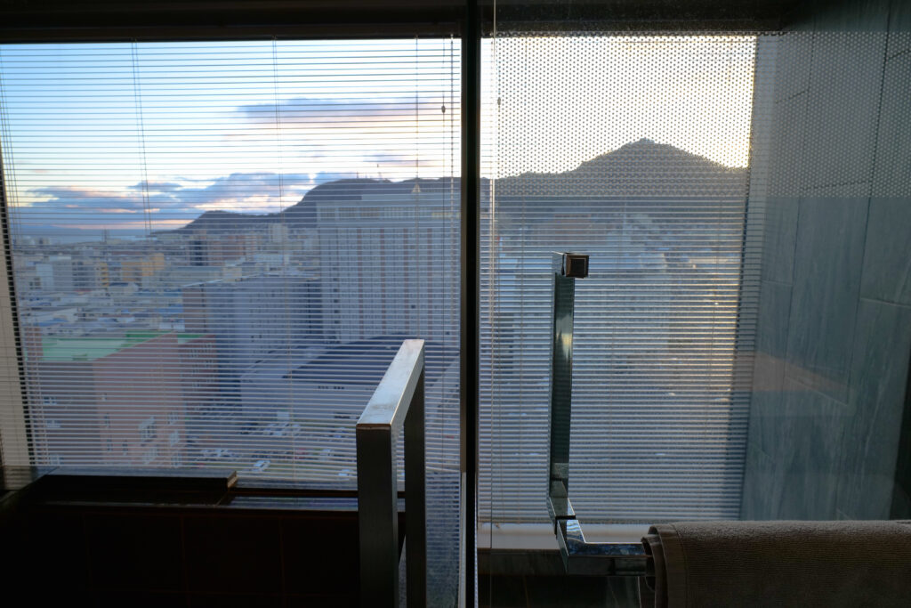 HOTEL & SPA センチュリーマリーナ函館 13階 ザロイヤルフロア コーナースイート バスルーム(お風呂場)浴槽 シャワーブース 函館山