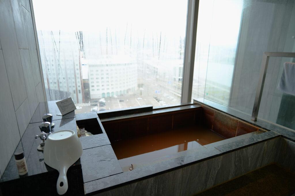 HOTEL & SPA センチュリーマリーナ函館 13階 ザロイヤルフロア コーナースイート バスルーム(お風呂場)朝 ビューバス 函館山