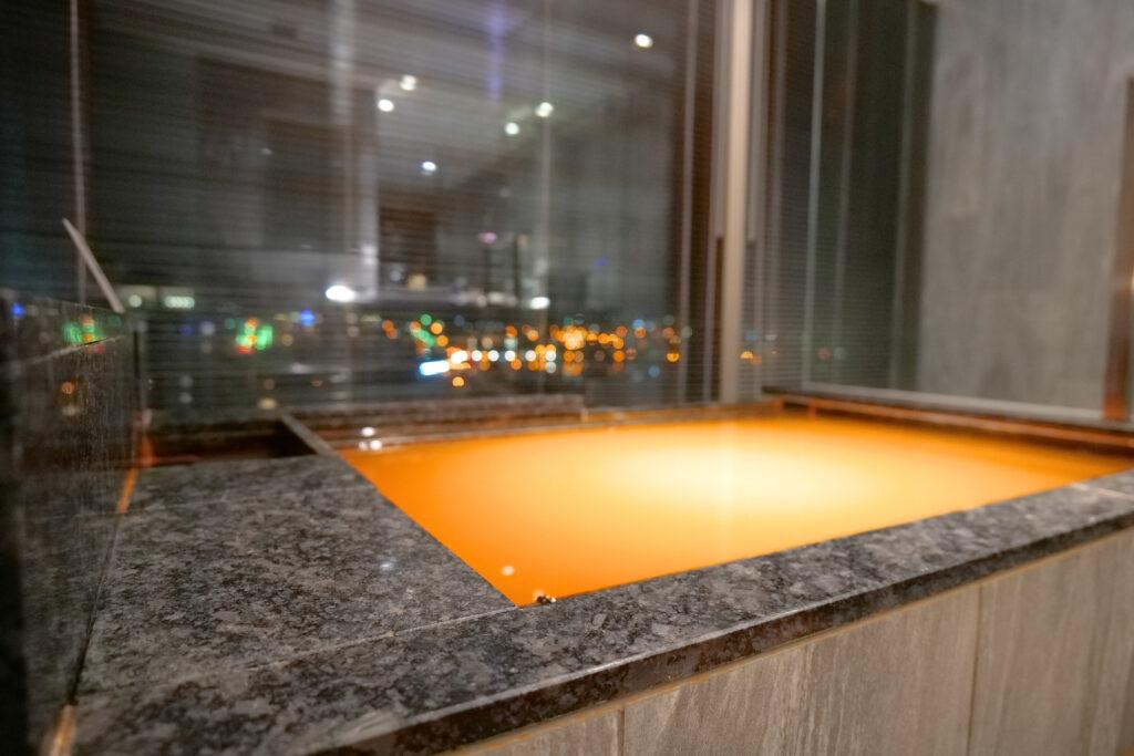 HOTEL & SPA センチュリーマリーナ函館 13階 ザロイヤルフロア コーナースイート バスルーム(お風呂場)夜 温泉 満タン