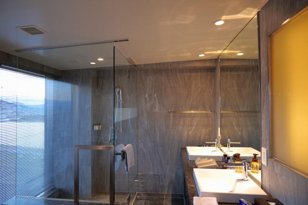 HOTEL & SPA センチュリーマリーナ函館 13階 ザロイヤルフロア コーナースイート バスルーム(お風呂場)シャワーブース ベーシン(洗面台)
