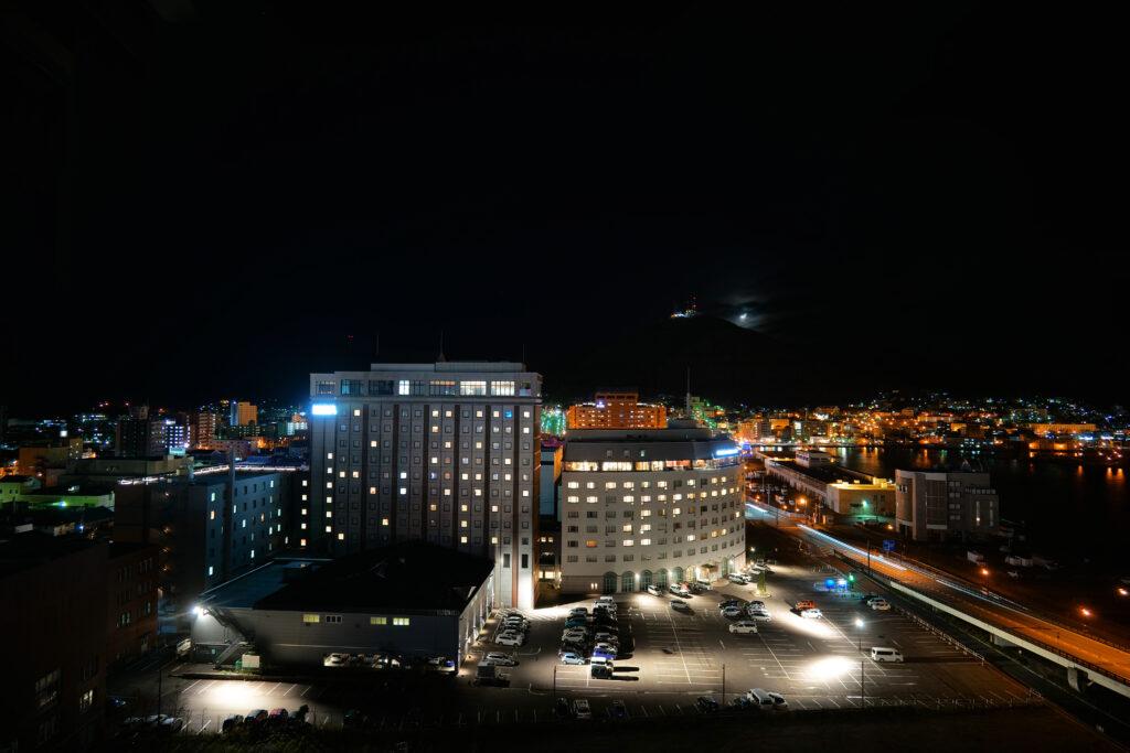HOTEL & SPA センチュリーマリーナ函館 13階 ザロイヤルフロア コーナースイート リビング(居間) から函館夜景