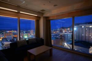 HOTEL & SPA センチュリーマリーナ函館 13階 ザロイヤルフロア コーナースイート リビング(居間) 夜明け
