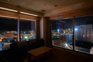 HOTEL & SPA センチュリーマリーナ函館 13階 ザロイヤルフロア コーナースイート リビング(居間) 真夜中