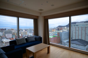 HOTEL & SPA センチュリーマリーナ函館 13階 ザロイヤルフロア コーナースイート リビング(居間) 朝