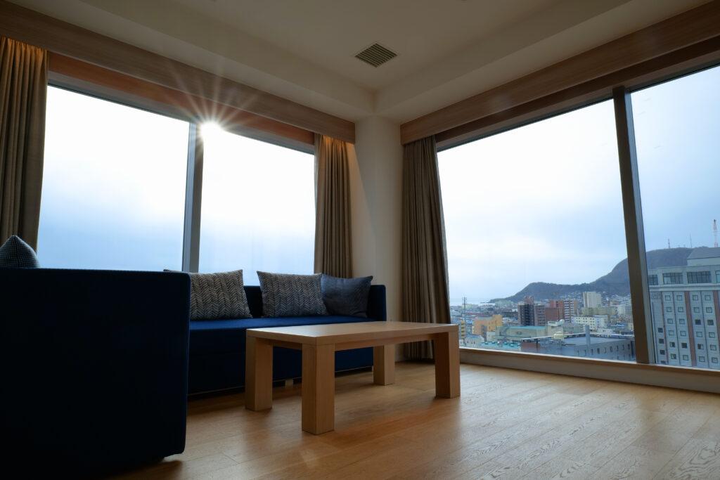 HOTEL & SPA センチュリーマリーナ函館 13階 ザロイヤルフロア コーナースイート リビング(居間) 朝 日の出