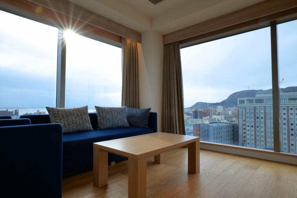 HOTEL & SPA センチュリーマリーナ函館 13階 ザロイヤルフロア コーナースイート リビング(居間) 朝 日の出と函館湾
