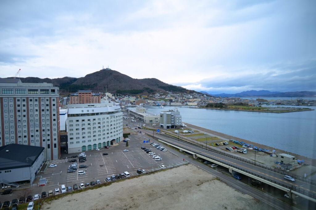 HOTEL & SPA センチュリーマリーナ函館 13階 ザロイヤルフロア コーナースイート リビング(居間) 朝 函館山観賞