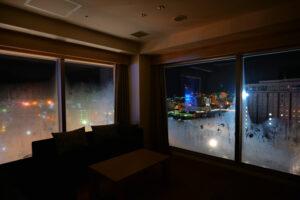 HOTEL & SPA センチュリーマリーナ函館 13階 ザロイヤルフロア コーナースイート リビング(居間) 夜