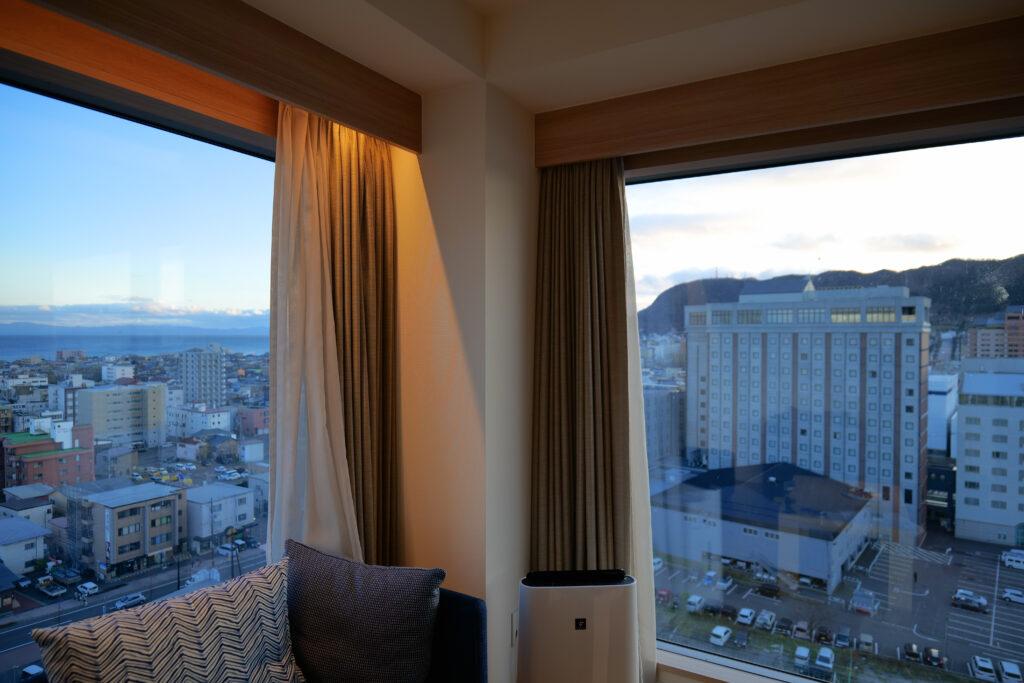 HOTEL & SPA センチュリーマリーナ函館 13階 ザロイヤルフロア コーナースイート リビング(居間) サンセット