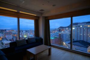 HOTEL & SPA センチュリーマリーナ函館 13階 ザロイヤルフロア コーナースイート リビング(居間) トワイライト(日の出前)