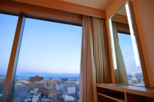 HOTEL & SPA センチュリーマリーナ函館 13階 ザロイヤルフロア コーナースイート クイーンサイズベッドルーム(寝室)ドレッサー