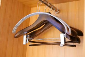 HOTEL & SPA センチュリーマリーナ函館 13階 ザロイヤルフロア コーナースイート クイーンサイズベッドルーム(寝室)ハンガー