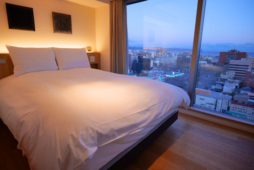 HOTEL & SPA センチュリーマリーナ函館 13階 ザロイヤルフロア コーナースイート クイーンサイズベッドルーム(寝室)横アングル