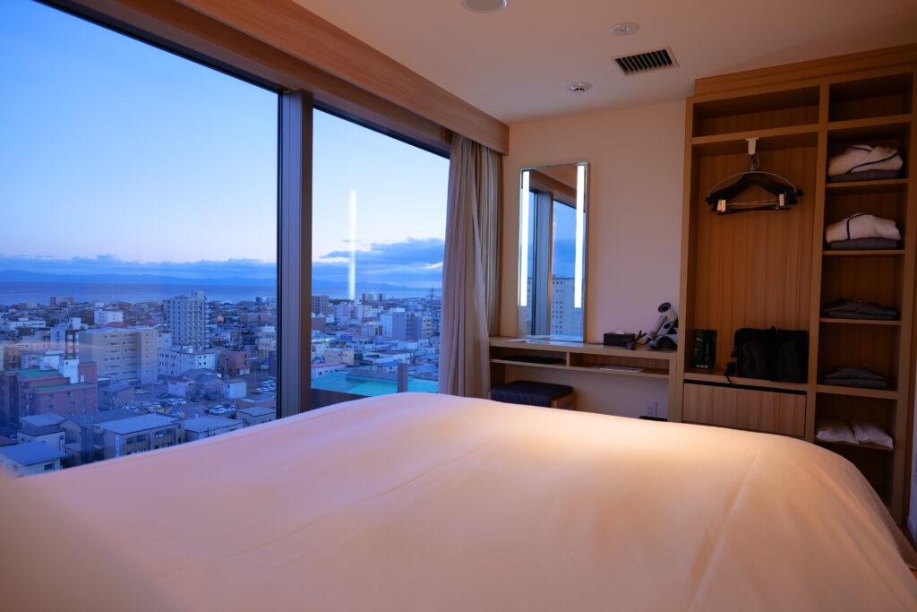 HOTEL & SPA センチュリーマリーナ函館 13階 ザロイヤルフロア コーナースイート クイーンサイズベッドルーム(寝室)ベッドからの眺め
