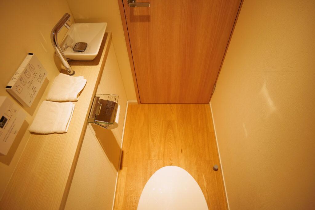 HOTEL & SPA センチュリーマリーナ函館 13階 ザロイヤルフロア コーナースイート レストルーム(トイレ・お手洗い)内側からの眺め