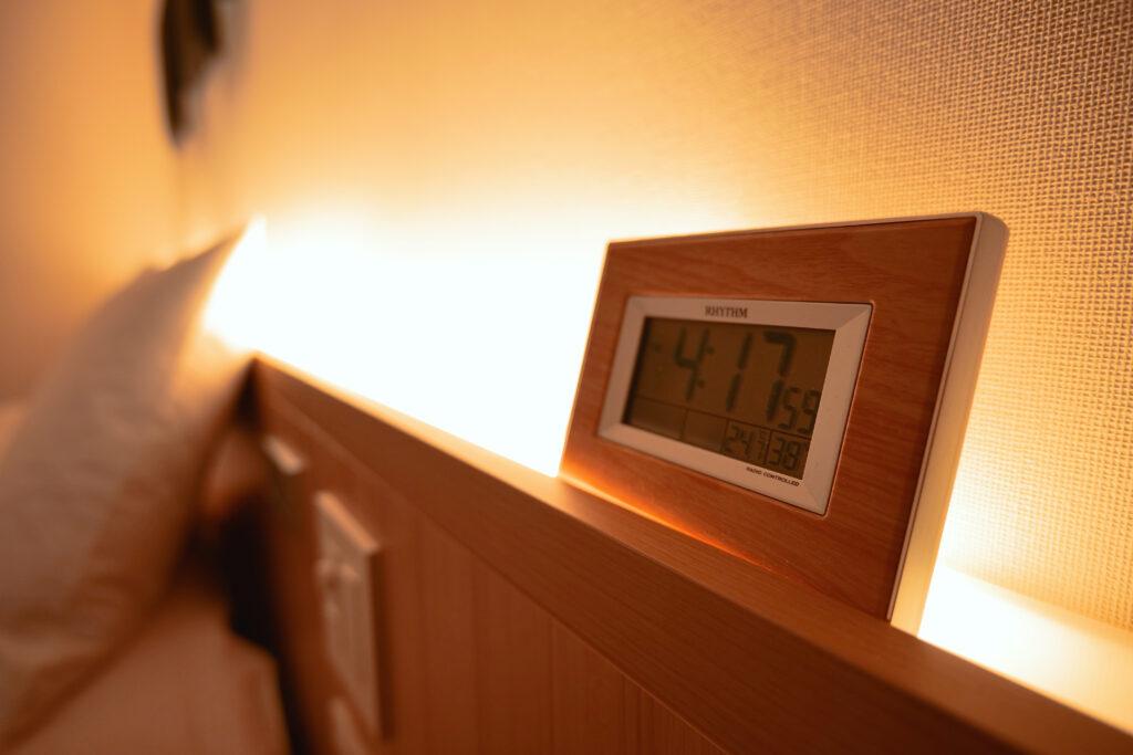 HOTEL & SPA センチュリーマリーナ函館 13階 ザロイヤルフロア コーナースイート シングルサイズベッドルーム(寝室)時計
