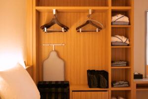 HOTEL & SPA センチュリーマリーナ函館 13階 ザロイヤルフロア コーナースイート シングルサイズベッドルーム(寝室)ラック