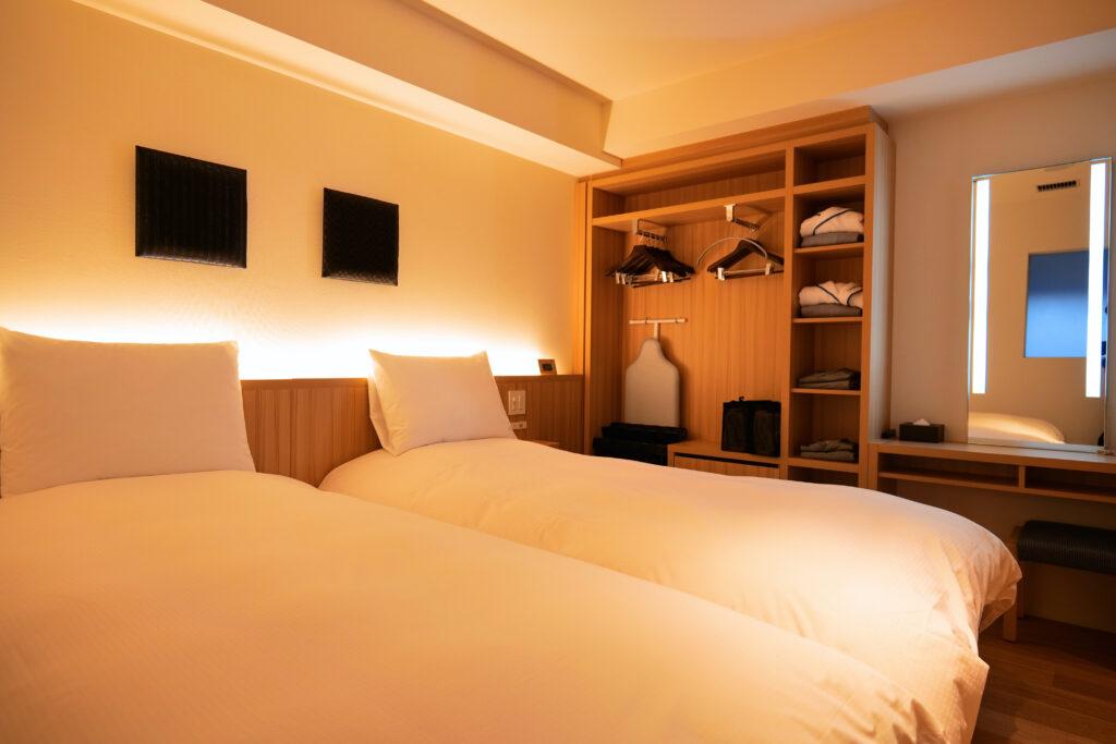 HOTEL & SPA センチュリーマリーナ函館 13階 ザロイヤルフロア コーナースイート シングルサイズベッドルーム(寝室)横アングル