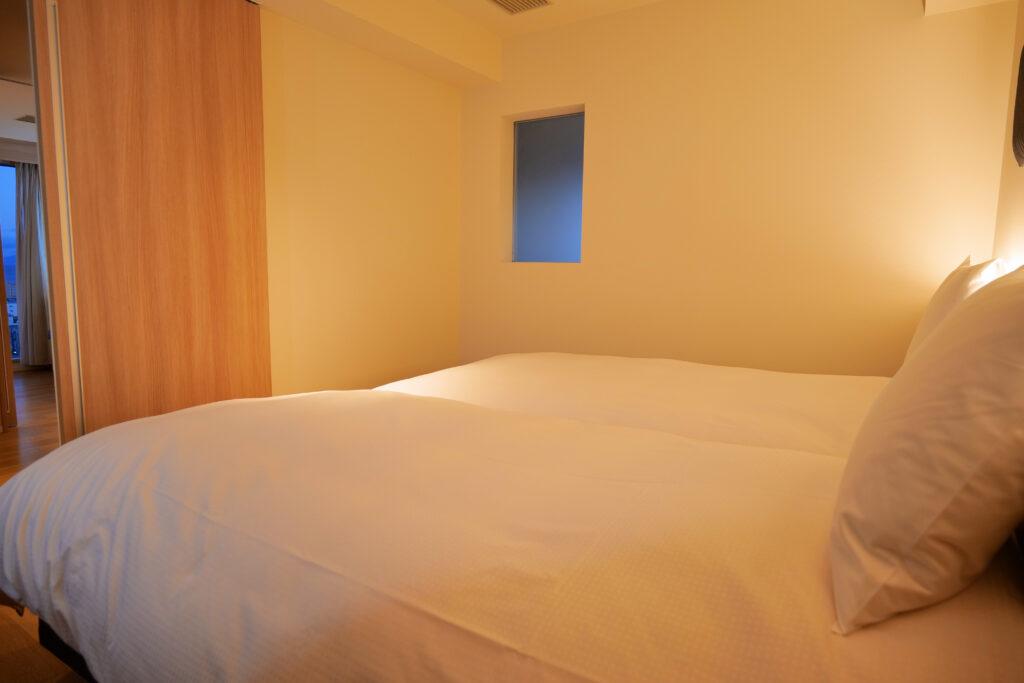 HOTEL & SPA センチュリーマリーナ函館 13階 ザロイヤルフロア コーナースイート シングルサイズベッドルーム(寝室)左ベッドからの眺め
