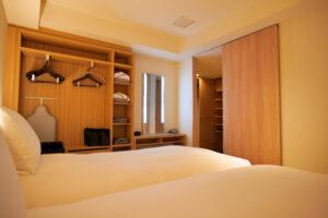 HOTEL & SPA センチュリーマリーナ函館 13階 ザロイヤルフロア コーナースイート シングルサイズベッドルーム(寝室)右ベッドからの眺め