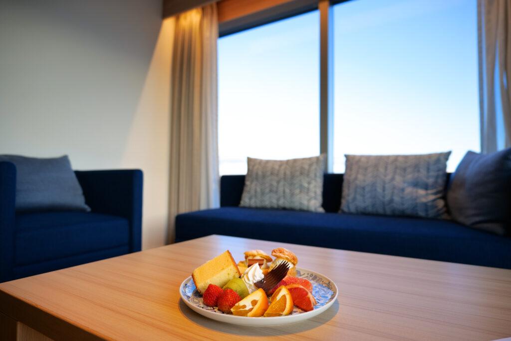 HOTEL & SPA センチュリーマリーナ函館 13階 ザロイヤルフロア コーナースイート ウェルカムプレート リビング(居間)