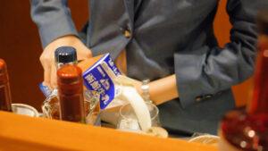 HOTEL & SPA センチュリーマリーナ函館バーボイジャー(BAR VOYAGER)カクテルメイキング 注ぐ 函館牛乳