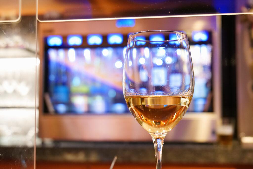 センチュリーマリーナ函館バーボイジャー(BAR VOYAGER)白ワインOKUSHIRIシャルドネ1杯目