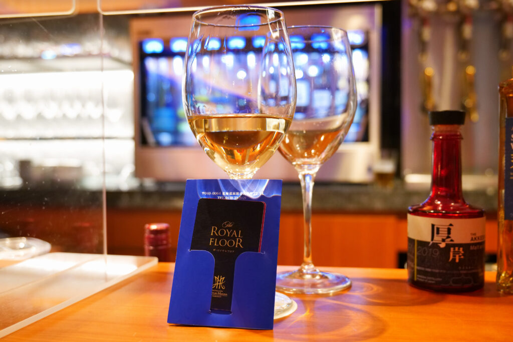 センチュリーマリーナ函館バーボイジャー(BAR VOYAGER)白ワインOKUSHIRIシャルドネ2杯目とザ・ロイヤルフロアルームキー