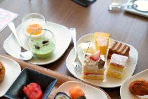 HOTEL & SPA センチュリーマリーナ函館 朝食(ブレックファスト) ユーヨーテラスハコダテ テーブルの上のケーキ