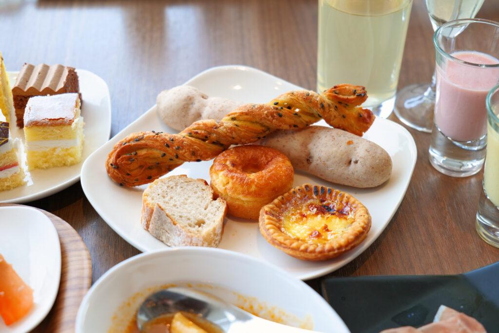 HOTEL & SPA センチュリーマリーナ函館 朝食(ブレックファスト) ユーヨーテラスハコダテ テーブルの上のエッグタルト