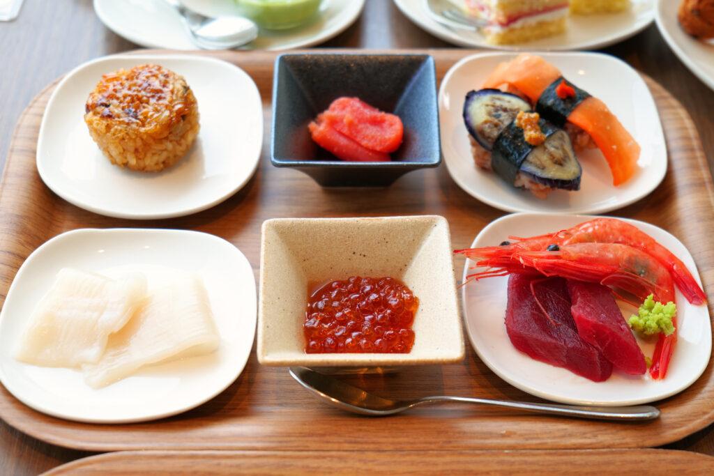 HOTEL & SPA センチュリーマリーナ函館 朝食(ブレックファスト) ユーヨーテラスハコダテ テーブルの上の焼きうなギリ