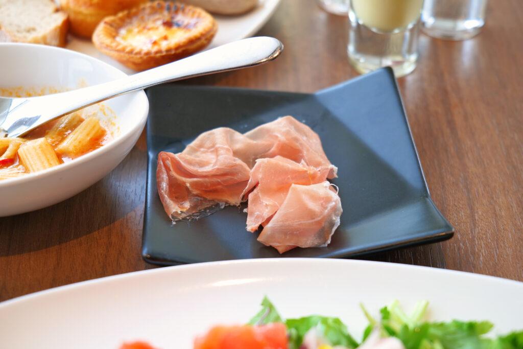 HOTEL & SPA センチュリーマリーナ函館 朝食(ブレックファスト) ユーヨーテラスハコダテ テーブルの上のパルマ産プロシュート