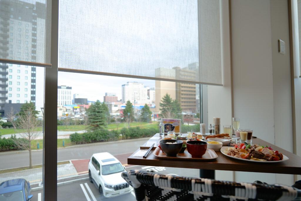 HOTEL & SPA センチュリーマリーナ函館 朝食(ブレックファスト) ユーヨーテラスハコダテ テーブルの上のお皿 角窓席